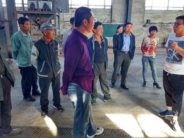 农民朋友参观公司生产车间